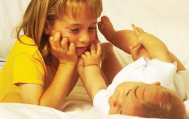 אחים. ילדה עם תינוק אילוסטציה