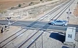 הרכב שנתקע על פסי הרכבת