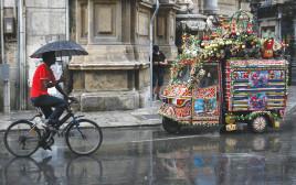 גבר רוכב באופניים באיטליה