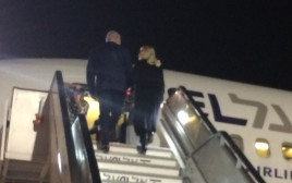 ראש הממשלה ורעייתו עולים למטוס