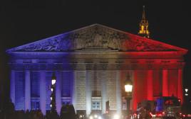 הפרלמנט מואר בצבעי דגל צרפת