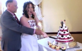 התחתנה עם אביה החורג