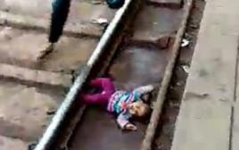 התינוקת על פסי הרכבת בהודו