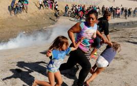 """ירי גז מדמיע לעבר מהגרים שניסו לחצות את הגבול לארה""""ב"""