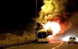 אוטובוס נשרף בכביש 1