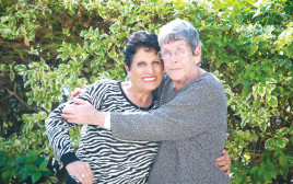 דליה קליין (מימין) והמטפלת ציפי עובדיה