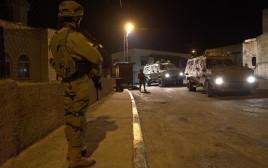 """לוחמי צה""""ל סורקים אחר המחבל שביצע את פיגוע הירי בצומת עופרה"""