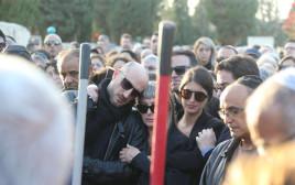 אשתו וילדיו של יגאל בשן בהלוויה