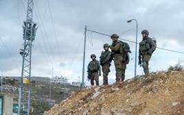 """חיילי צה""""ל באזור הפיגוע"""