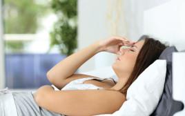 אישה סובלת מכאב ראש, אילוסטרציה
