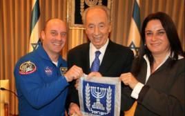 רונה רמון ביחד עם נשיא המדינה לשעבר, שמעון פרס