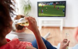 אישה צופה במשחק ספורט - אילוסטרציה