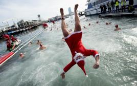 משתתף בתחרות השחייה המסורתית לקראת חג המולד בברצלונה