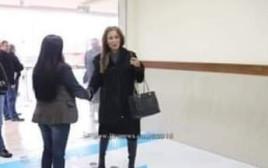 השרה ג'ונמה ר'נימאת מבזה את דגל ישראל