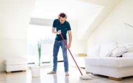 גבר שוטף את הרצפה, אילוסטרציה