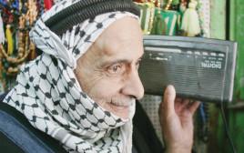 קשיש פלסטיני מאזין לרדיו בחברון