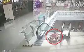 תינוקת נפלה במדרגת הנעות, ניצלה ברגע האחרון