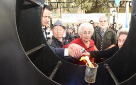 הדלקת נר זיכרון ביום השואה הבינלאומי
