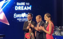 רון חולדאי, אסי עזר ולוסי איוב מקבלים את מפתח האירוויזיון מראש העיר ליסבון