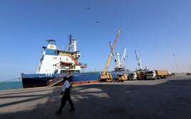 ספינה עוגנת בעיר הנמל חודיידה בתימן