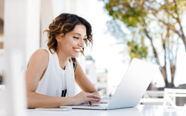 אישה מול מחשב, צילום אילוסטרציה
