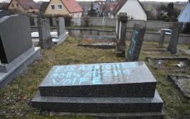 צלב קרס בבית קברות יהודי בצרפת