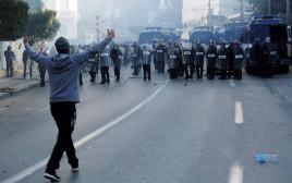 מפגין מתעמת עם המשטרה באלג'יריה