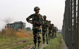 חיילים הודים בגדר הגבול עם פקיסטן