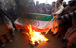 מפגינים בפקיסטן שורפים את דגל הודו