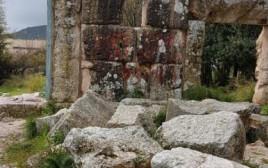 """הכתובת """"מקום קדוש זה לא יחולל, ראו הוזהרתם"""" בבית הכנסת"""