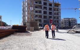 פועל נפל מגובה באתר בנייה בחריש