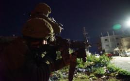 """חיילי צה""""ל בחיפוש אחר המחבל מאריאל"""