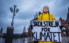 גרטה טונברג מוחה מחוץ לפרלמנט השוודי בסטוקהולם