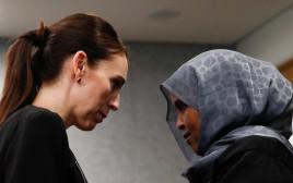 ג'סינדה ארדרן עם אחת מניצולות הטבח