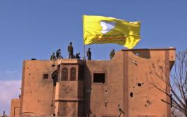 דגל ה-SDF מונף בדיר א-זור