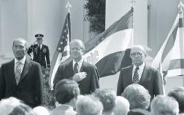 בגין, קרטר וסאדאת בחתימת הסכם השלום עם מצרים