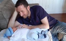 איציק שמולי עם התינוק שלו