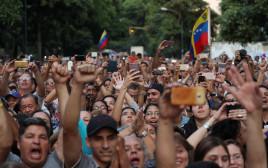 מפגינים בוונצואלה מריעים למנהיג האופוזיציה, חואן גואידו
