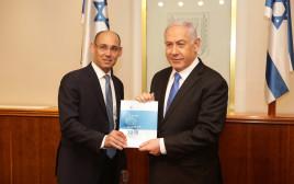 נגיד בנק ישראל, פרופ' אמיר ירון, מגיש את הדוח לראש הממשלה בנימין נתניהו