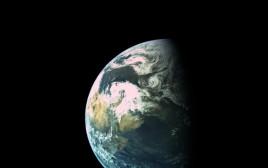 """צילום של כדור הארץ מתוך החללית הישראלית """"בראשית"""""""