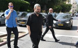 אהוד ברק מגיע להצביע בתל אביב