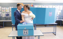 בדרך לחתונה עוצרים בקלפי