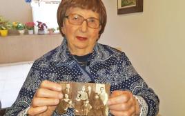 שושנה שילוני עם תמונה של משפחתה מפולין