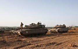 """כוחות שיריון של צה""""ל בגבול הרצועה"""