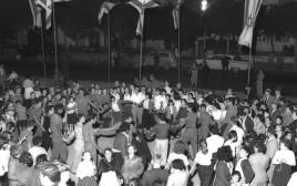 שנת 1957 חגיגות עצמאות בתל אביב מול הבימה