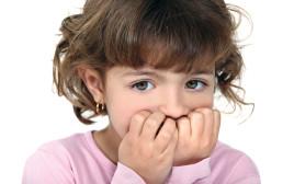ילדה כוססת ציפורניים