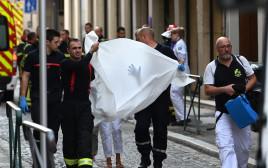 כוחות ההצלה בליון סוחבים פצוע