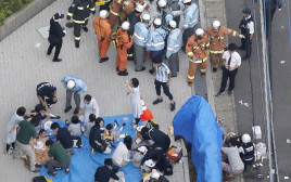עובדי הצלה ושוטרים בזירת האירוע ביפן