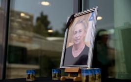 אנדרטה לזכרה של נחמה ריבלין מחוץ לבית הנשיא