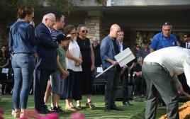 ראובן ריבלין ומשפחתו בלווית נחמה ריבלין